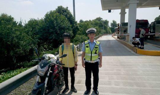 小伙从大理骑摩托车回乐山 刚到家门口就被交警查处