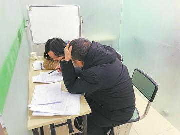 2月16日,成都一家校外培训机构内,一名教师为初中生进行一对一数学辅导。本报记者 肖雨杨 摄