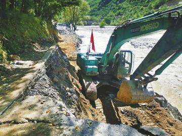 7月2日,丹巴公路分局组织施工人员填筑在泥石流中损毁严重的国道350线小丹路路基,全力抢通保通。