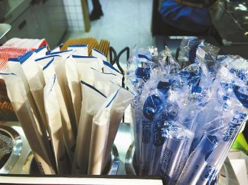 """成都部分商超更换为环保塑料袋 餐饮店""""上新""""纸吸管"""