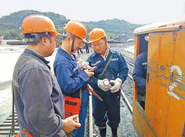 广元市应急管理局安全监管人员在下矿井检查前查看便携式瓦斯检测仪。   广元市应急管理局供图