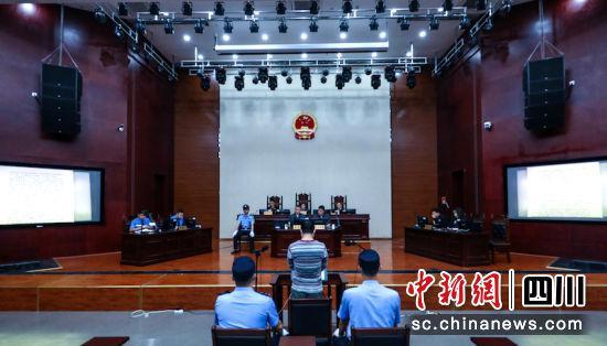"""泸州江阳区法院公开审理首例恶势力""""保护伞""""犯罪案件"""
