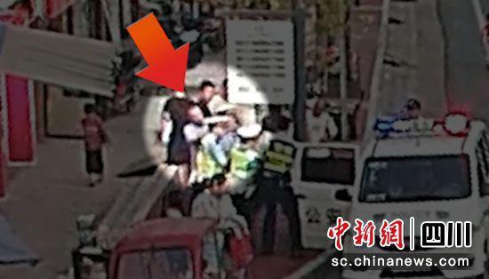 男子从后面袭击执法警员(大安交警 供图)