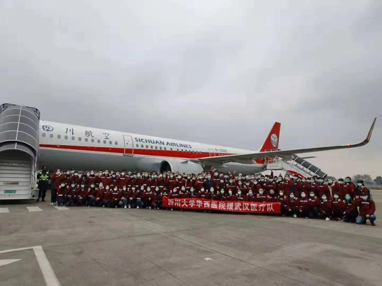 ↑2月7日中午,四川省第五批援助湖北医疗队出征时合影