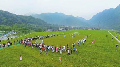 什邡臭了30多年的矿渣场变绿茵场 村民踢起足球