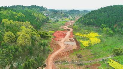 3月13日,中建一局成都龙泉山城市森林公园旅游环线七标段空港新城段建设现场图。  许鹏摄