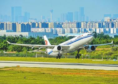 A330-300在双流国际机场起飞。