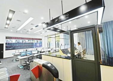 """11月29日,上海轨交无人驾驶工程技术中心内,技术人员正在操控""""全自动运行2.0系统""""。 本报记者肖雨杨摄"""