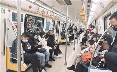 成都地铁上,市民有序乘坐 图据成都地铁
