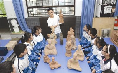 文治军向学生介绍其收集的汉陶藏品相关历史背景