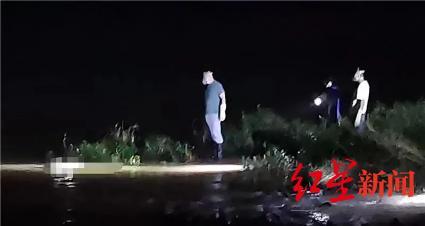 ↑7月30日晚打捞现场 达州蓝天救援队供图