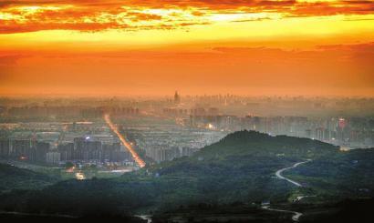 """从""""两山夹一城""""到""""一山连两翼"""",成都把龙泉山城市森林公园揽入怀中。"""