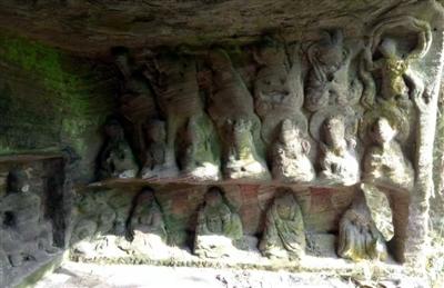 四川深山密林藏神秘罗汉洞 石像栩栩如生无人知其来历
