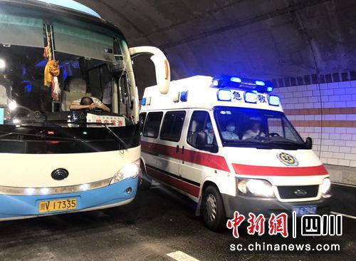 """四川""""病驾""""引发交通事故 交警提醒市民重视安全驾驶"""