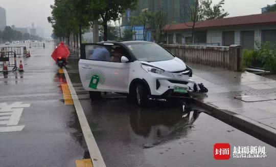车子停路边被撞