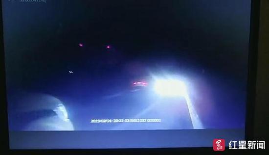 邱某逆行1公里后将车停在应急车道,却开着远光灯