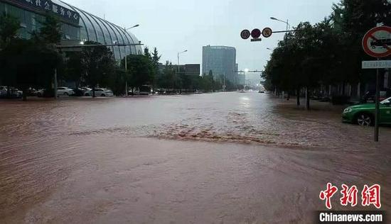 雅安城区部分地段出现积水。 雅报 供图
