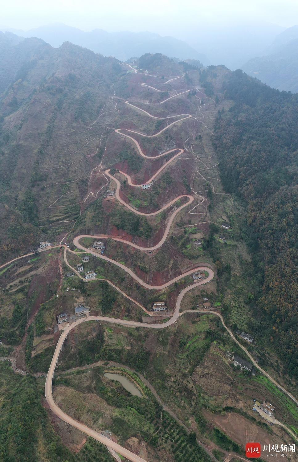 十二道拐的扶贫公路 泸州乌蒙山区新景点