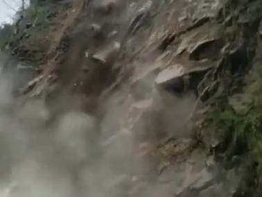 乐山马边县境内发生山体滑坡,巨石滚落致道路中断