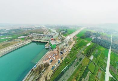 图为2020年1月6日,毗河供水一期工程起点处,闸门打开后,毗河水穿越龙泉山脉,流入川中旱区。   秦建华 摄