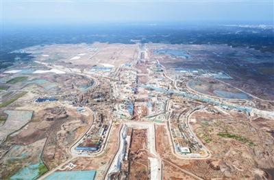 2018年8月18日,天府机场航站楼区域正在加紧建设中