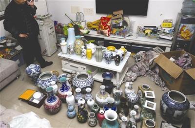 吴超(化名)购买的假古董堆满了家里的客厅