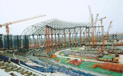 成都大运会主场馆建设进入钢结构施工阶段。