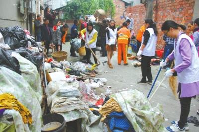 工作人员清理巷道的垃圾