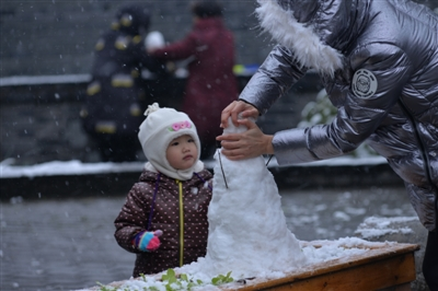 龙泉山市民堆雪人 郭广宇摄