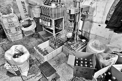 """现场能看到罐装假酒的工具以及部分已经""""出厂""""的""""品牌酒"""""""