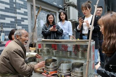 胡大爷正在做蛋烘糕,不少顾客会录下他的视频