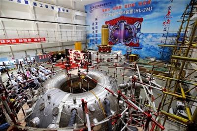 HL-2M主机线圈(远处)、HL-2M主机真空室(近处) 摄影记者 刘海韵