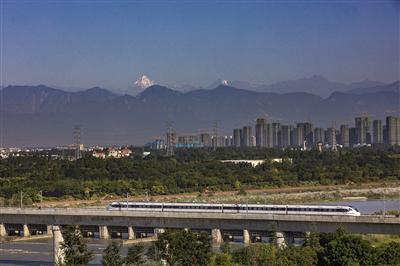 成雅高铁在温江境内与四姑娘雪山同框 摄影 田相和