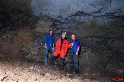 三位采集人在莲花洞合影,从左往右依次为:李圆、何力、周超