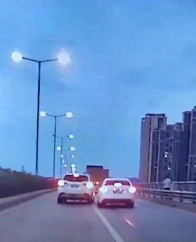 白色越野车(左)变道中