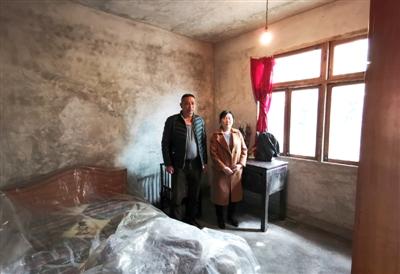 夫妇俩在儿子房间