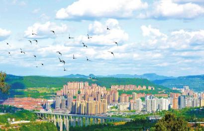 近年来,巴中市坚定走绿色发展之路,大力实施生态建设,守护天蓝、地绿、水净的美好家园。图为蓝天白云下的城市美景。 刘宝龙 摄(视觉四川 资料图片)