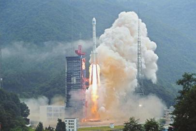 """8月25日7时52分,我国在西昌卫星发射中心以""""一箭双星""""方式成功发射两颗北斗导航卫星。 新华社发(梁珂岩摄)"""
