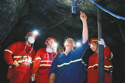 泸州市应急管理局安全监管人员在煤矿井下对甲烷传感器进行安全检查。 泸州市应急管理局供图