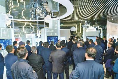 11月19日,四川省党政代表团到国家大数据(贵州)综合试验区展示中心参观学习。 本报记者 欧阳杰 摄