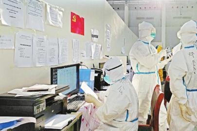 2月21日下午,汉阳方舱医院护士站内,来自四川的医护人员正在登记患者信息。 本报记者杨树摄