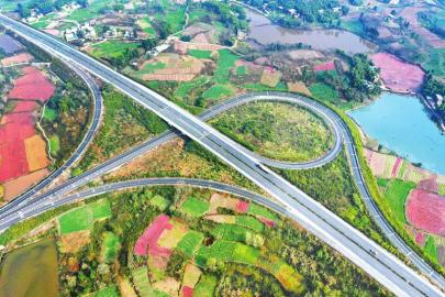 连日来,仁沐新高速公路加大马力推进建设。图为近日航拍的已通车的仁沐新高速公路仁井段。 潘建勇 摄(视觉四川)