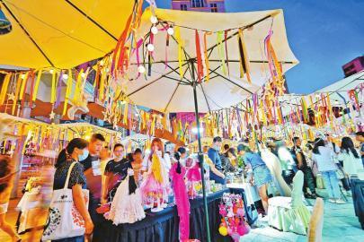 6月3日,成都青年路上摆出各种小摊位。 四川在线记者 华小峰 摄