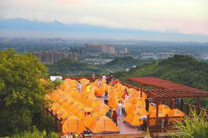 为了欣赏到星空和日出,许多人都会选择在山上露营。