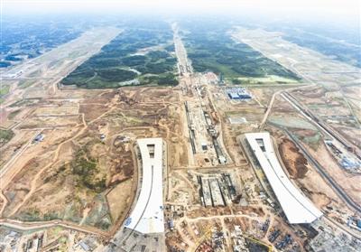 俯瞰成都天府国际机场航站楼和跑道一角(8月27日无人机拍摄)