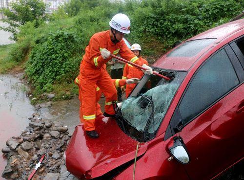 四川巴中一小轿车坠河致2人遇难
