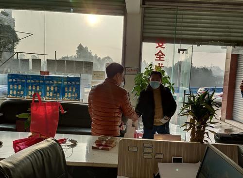 失主(左)与王师傅握手表达谢意 乐山市佛运出租汽车股份有限公司供图