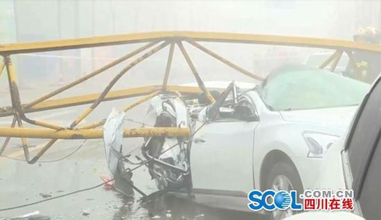 四川雅安雨城区发生一起塔吊倒塌事故 2死1车受损