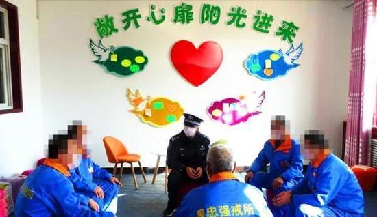 吴忠强制隔离戒毒所专业心理咨询师组织戒毒人员开展团体心理辅导。