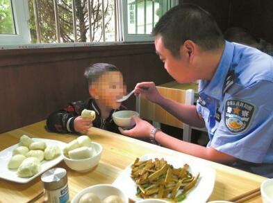 被弃三岁男童在派出所备受宠爱 不愿回家惹哭民警